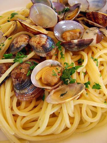 Spaghettis aux coques spaghetti alle vongole la recette chef pasta - Pates aux fruits de mer vin blanc ...